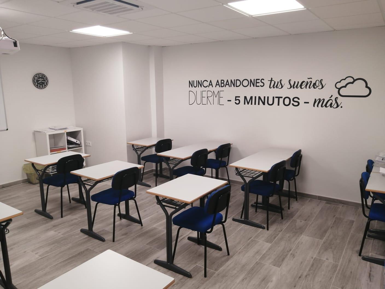 Fotografía de la derecha del aula con sillas azules