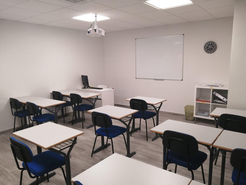 Fotografía de la izquierda del aula con sillas azules